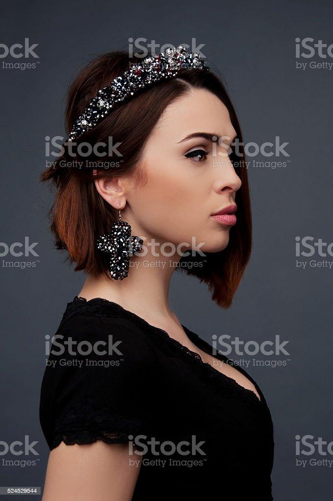 Брюнетка в платье декольте