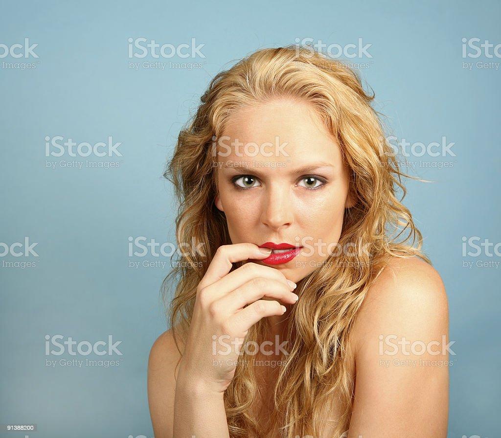 Сексуальная девушка с пальцем во рту фото 373-717