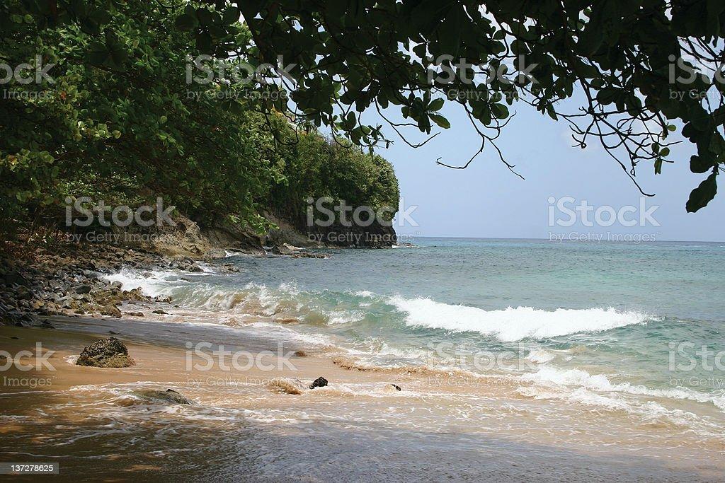 Sombreada Praia com ondas foto de stock royalty-free