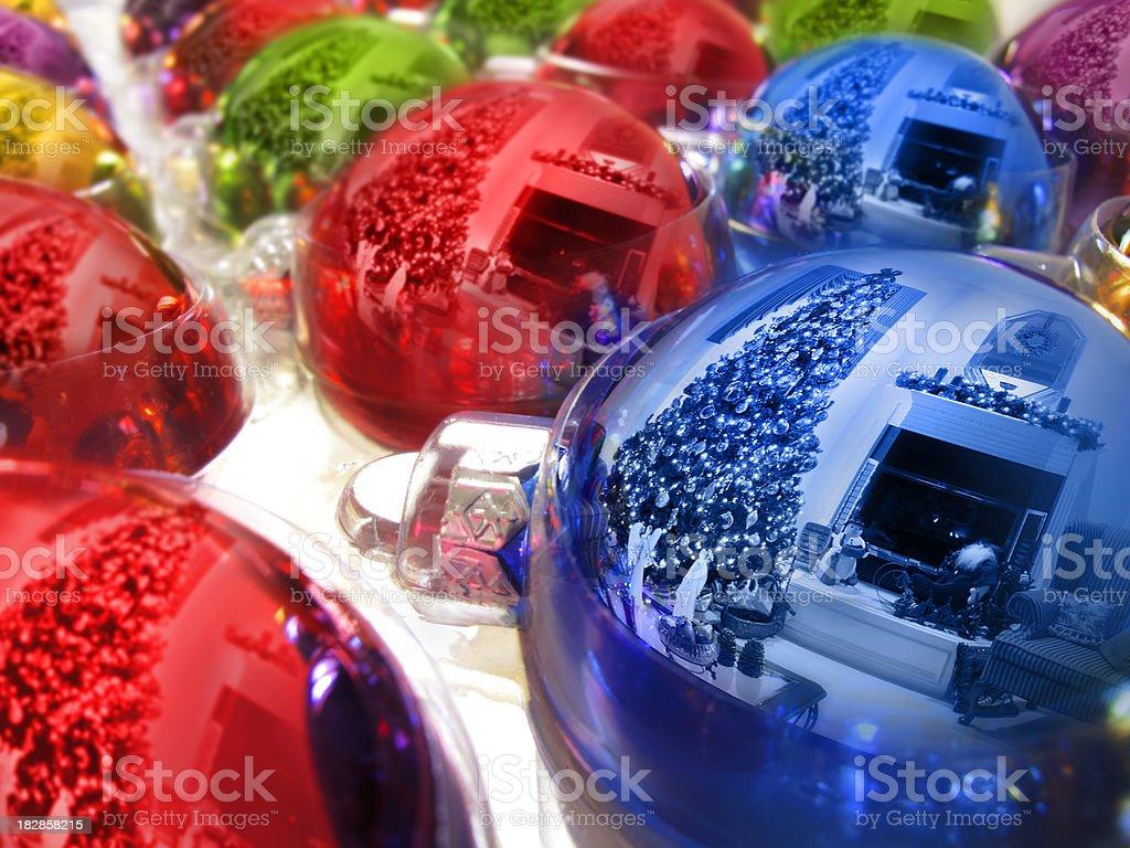 Shiney éléments colorés reflétant Sapin de Noël et de décorations pour les fêtes de fin d'année photo libre de droits
