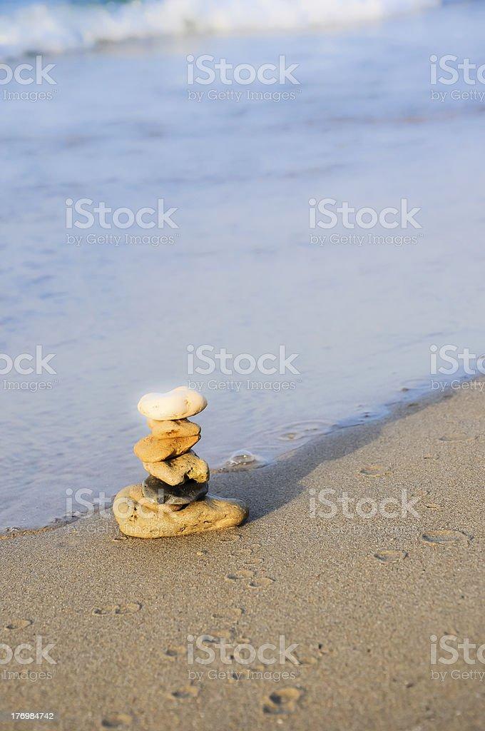Glitzernde Steine tower-Zen-symbol der Stabilität und Harmonie Lizenzfreies stock-foto