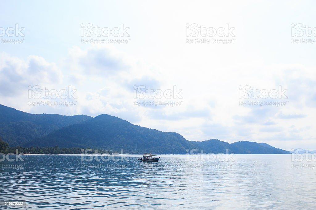 Отправляйте на голубой море и зеленый остров Стоковые фото Стоковая фотография