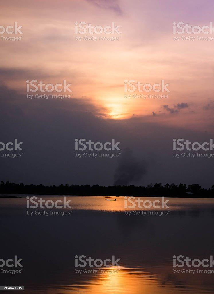 Barco en la puesta de sol reflejo foto de stock libre de derechos