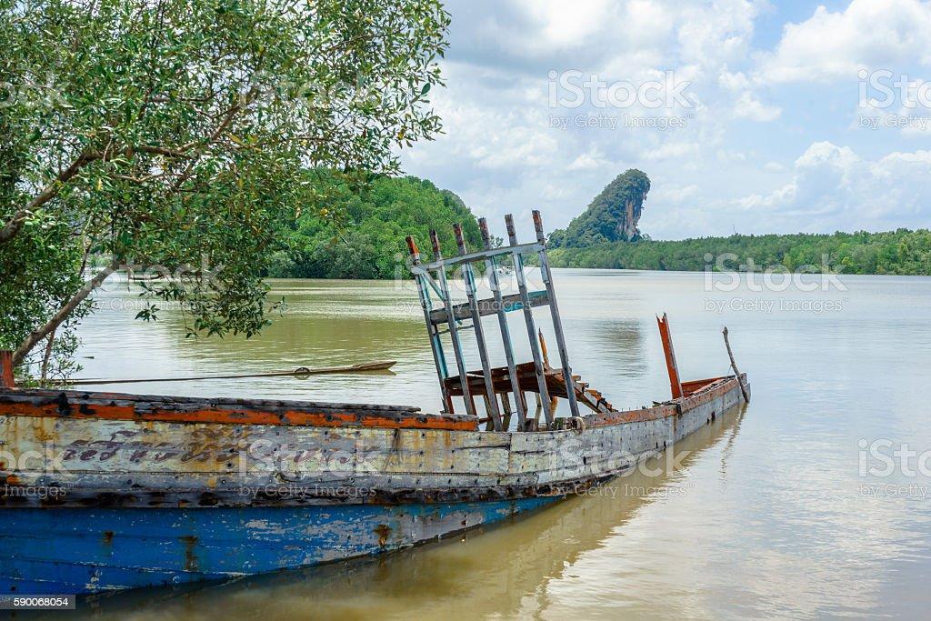 Shipwreck in the river in Krabi, Thailand photo libre de droits