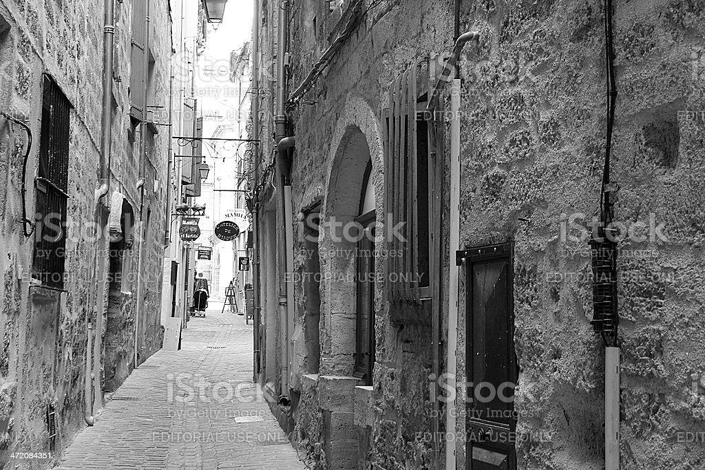 Negozi, le indicazioni e gli edifici antichi in Pézenas, Francia foto stock royalty-free