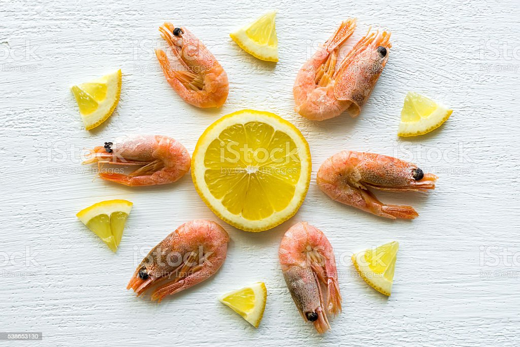 Shrimps with lemon on light backdrop foto de stock royalty-free