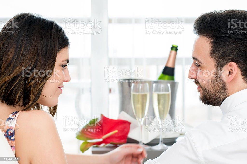 Côté vue de couple avec vin pétillant en arrière-plan. photo libre de droits