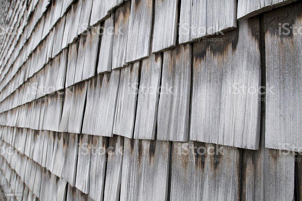 Vue latérale des bardeaux en bois sur le toit photo libre de droits