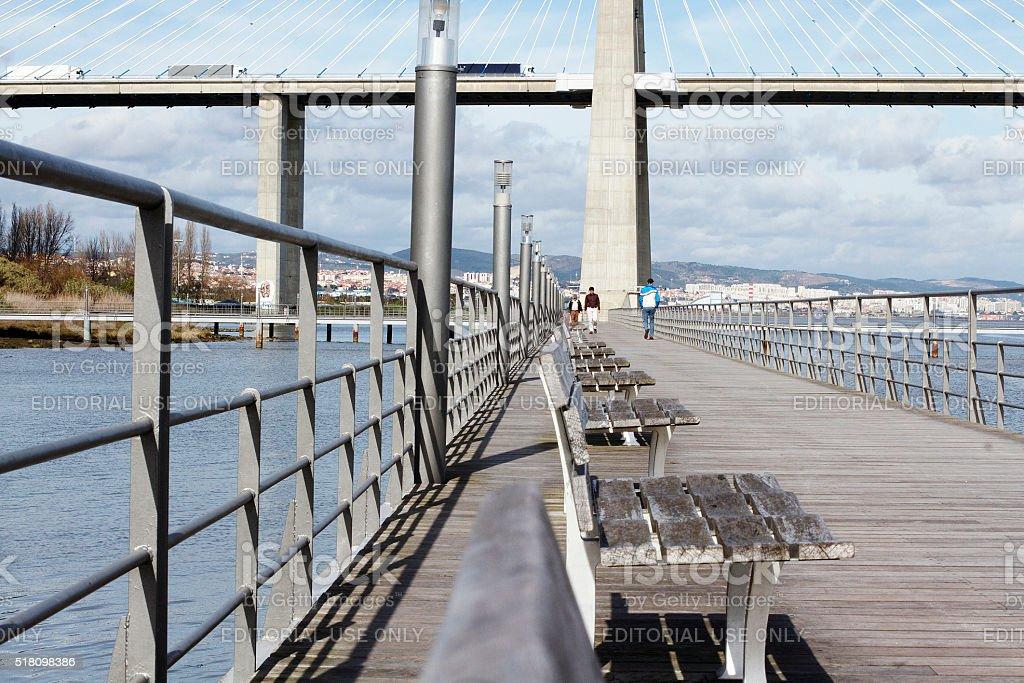 Lato a piedi vicino al Ponte Vasco da Gama, Portogallo foto stock royalty-free