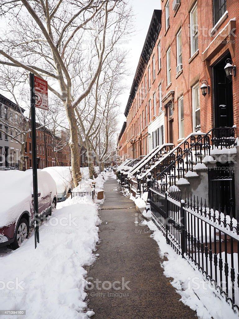 Trottoir avec Stoops et de voitures dans la neige photo libre de droits