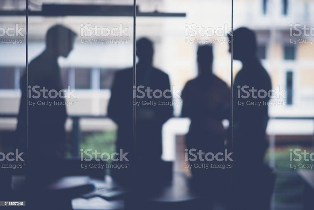 Silhueta de pessoas de negócios a discutir na sala de reunião - fotografia de stock