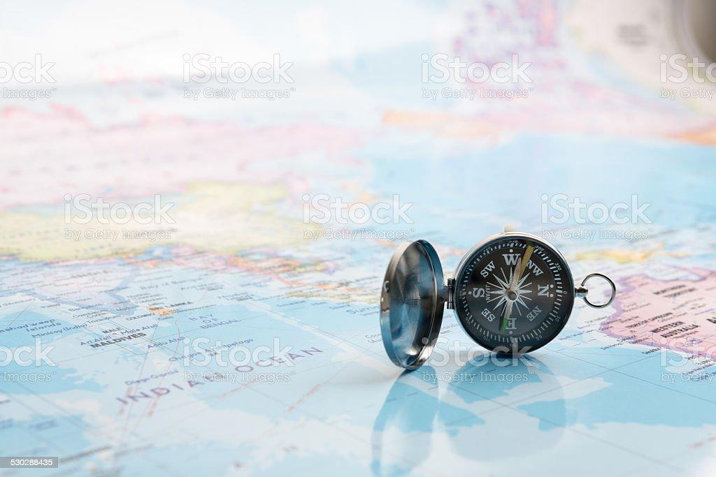 Srebrny kompasu na mapie zbiór zdjęć royalty-free