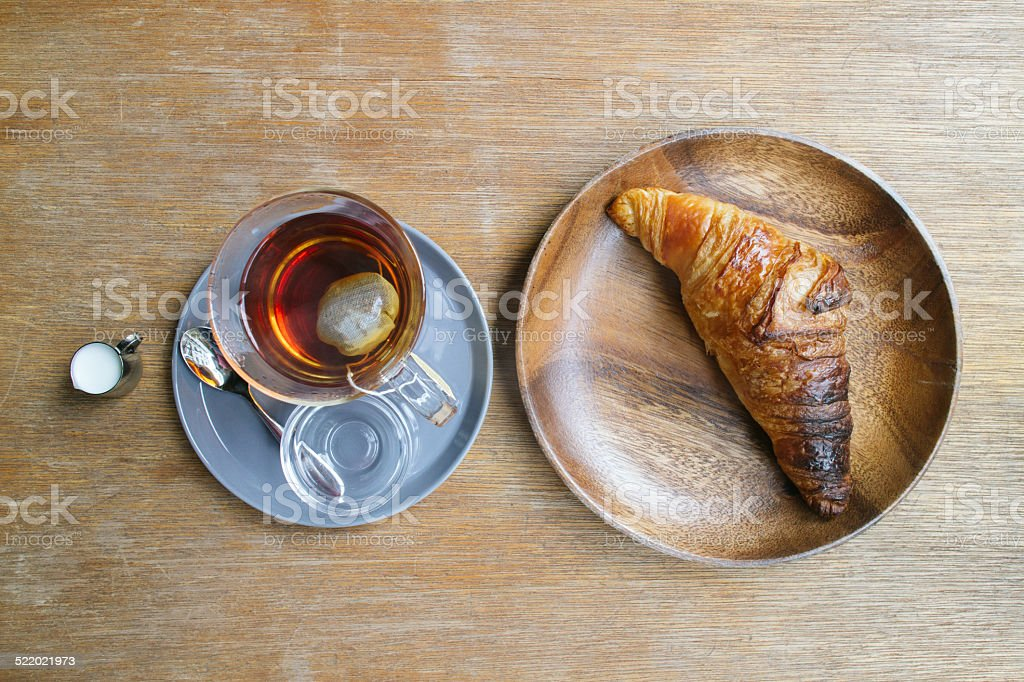 Einfaches Frühstück auf Holztisch Lizenzfreies stock-foto