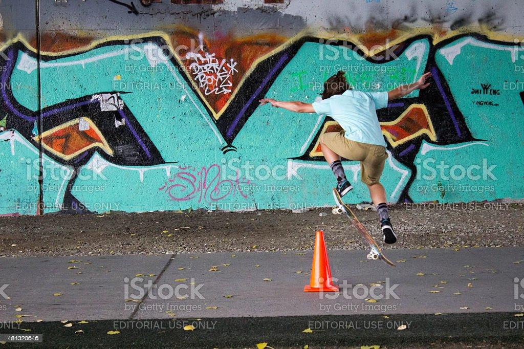 Artistique Teen en face de Graffiti photo libre de droits