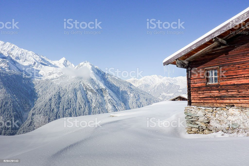 Schihütte in den verschneiten Bergen stock photo