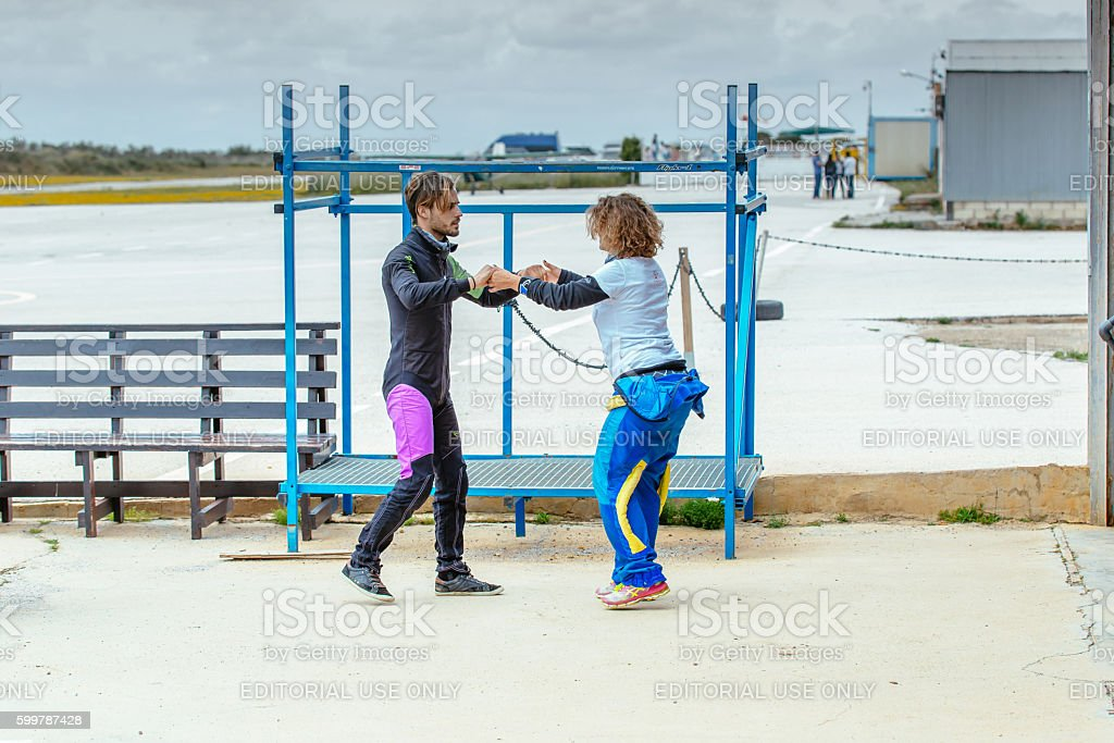 Skydiving instructor teaches her the correct skydiving position before jumping. foto royalty-free