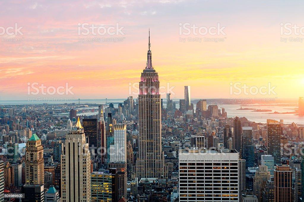 vista de los edificios de la ciudad de nueva york con el edificio empire state foto