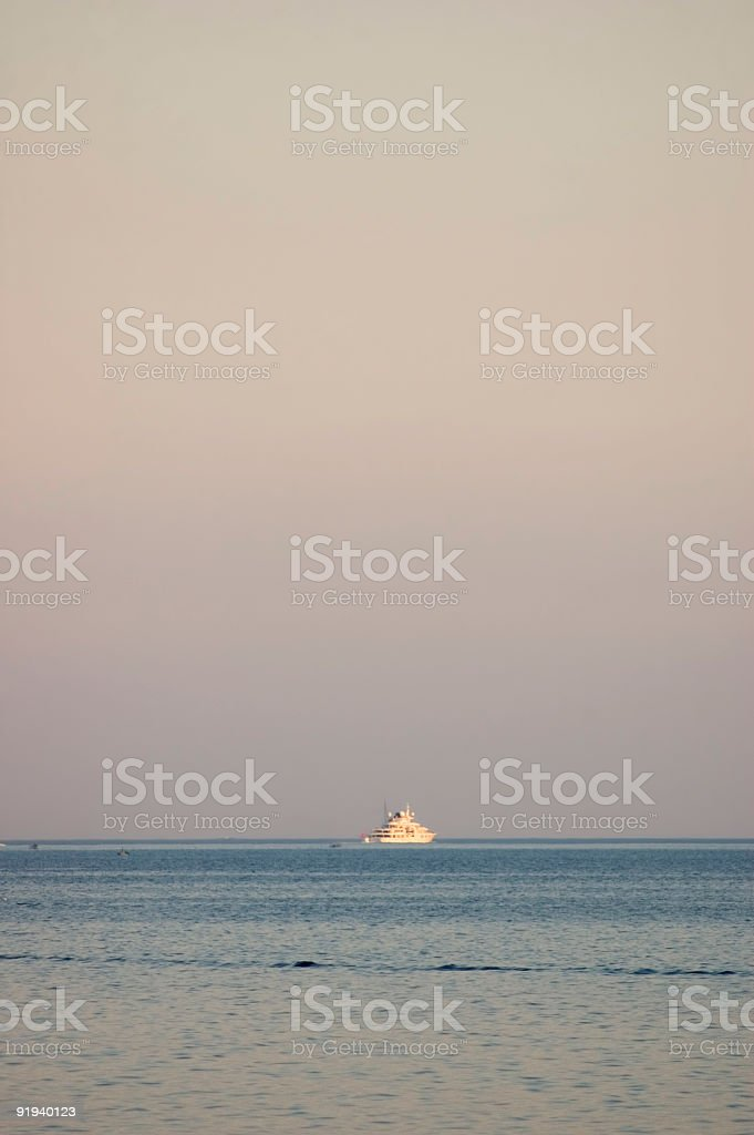 skyline con barca foto stock royalty-free