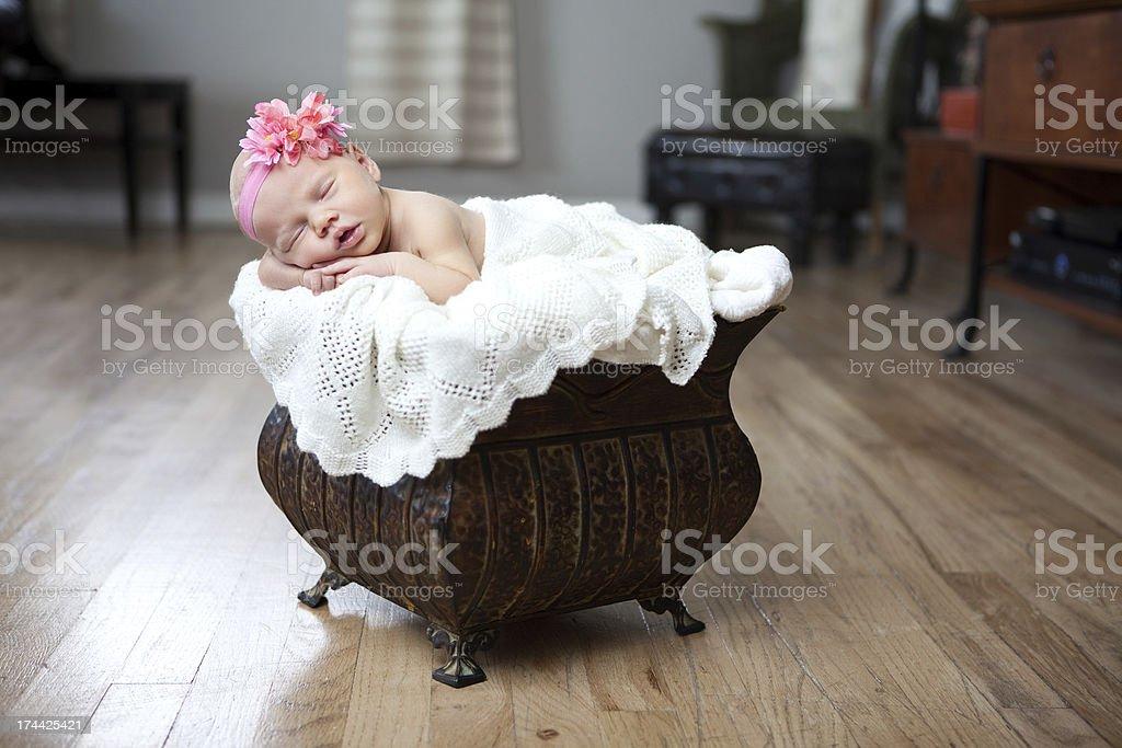 Schlafen neugeborene Baby Mädchen mit Stirnband und Blumen – Foto