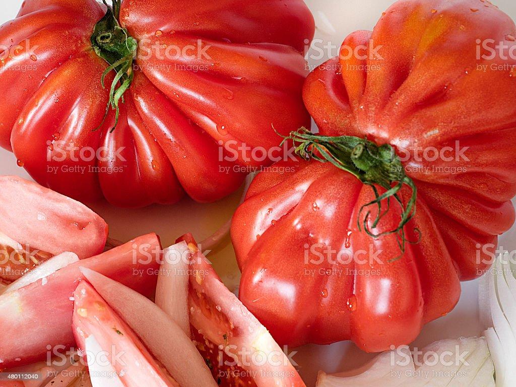 Fatias de carne bovina, tomates e um todo uma com rodelas de cebola foto royalty-free