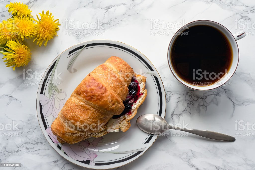 Sliced croissant with coffee foto de stock royalty-free