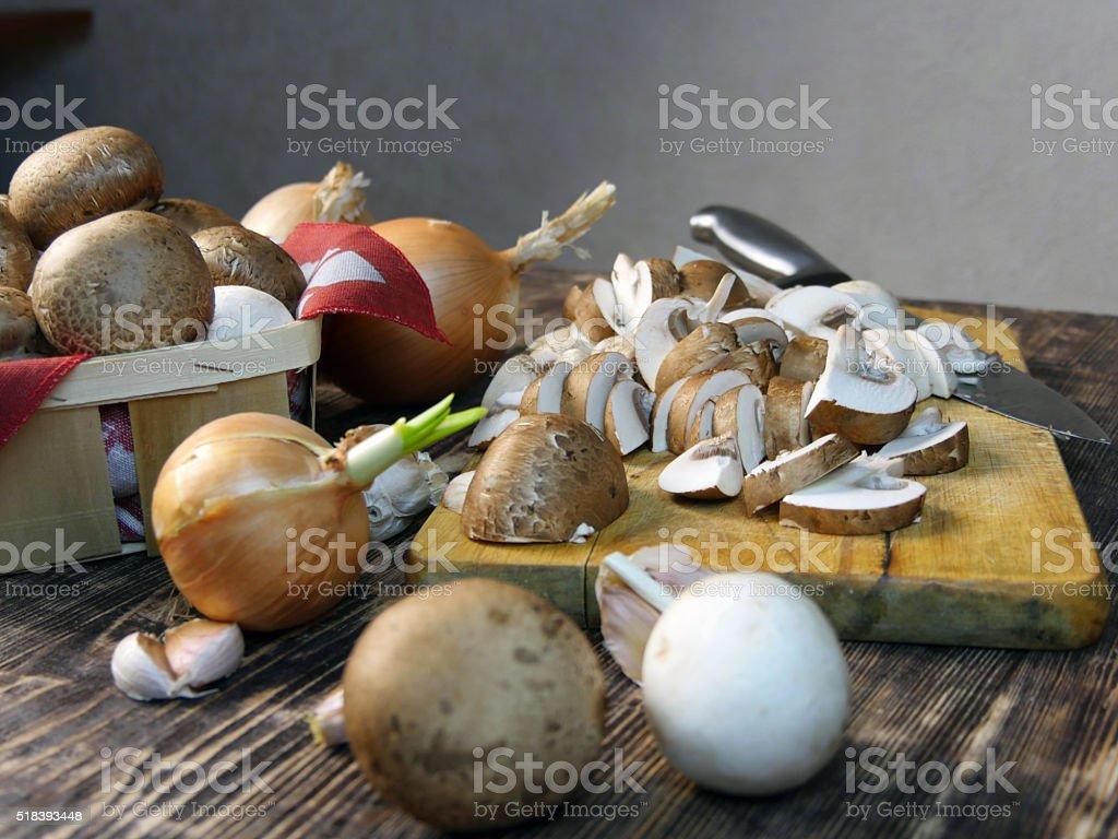 Hongos en rodajas en la cocina foto de stock libre de derechos