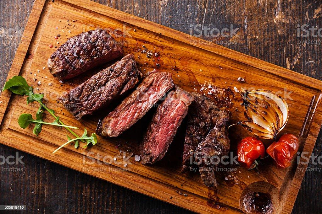 Scheiben-Ribeye-steak mit Zwiebeln und Tomaten – Foto
