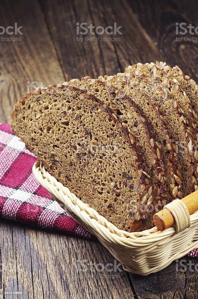 Pan en rebanadas una cesta foto de stock libre de derechos