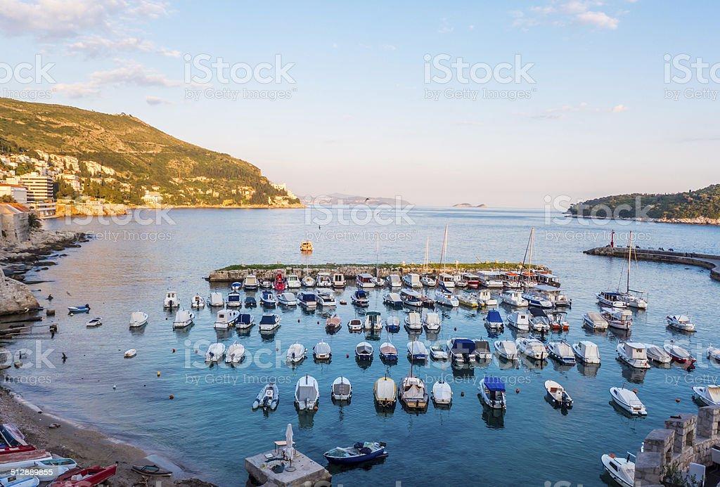 Pequenos barcos na marina foto royalty-free