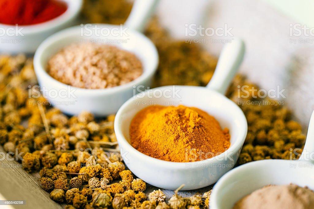 Les gamelles et séchées épices. photo libre de droits