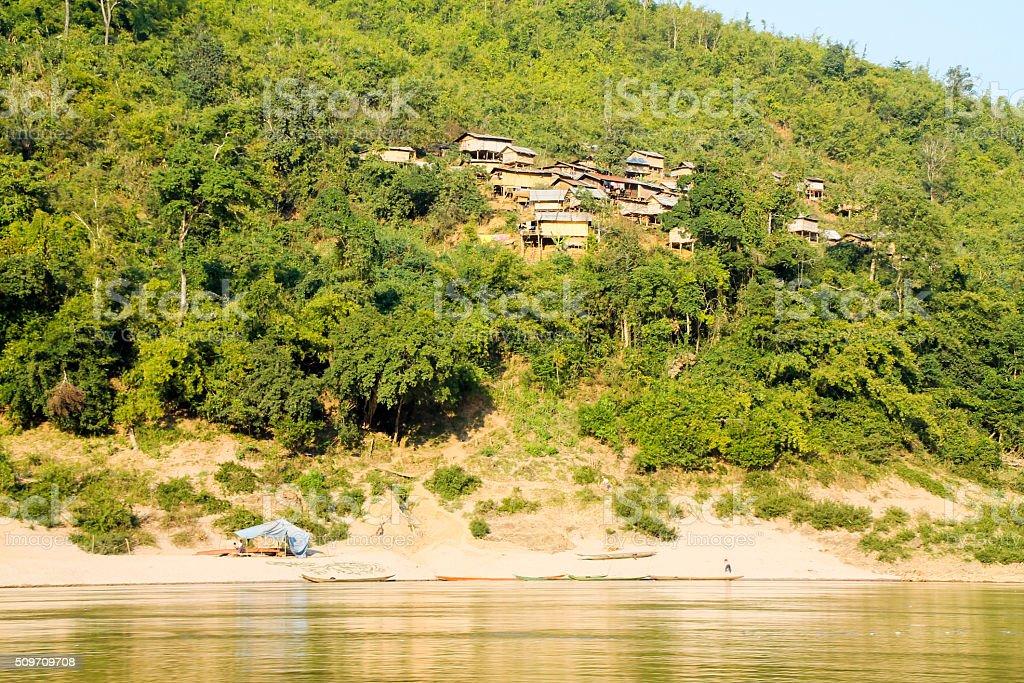 Petite solitaire rural bord de l'eau Communauté photo libre de droits
