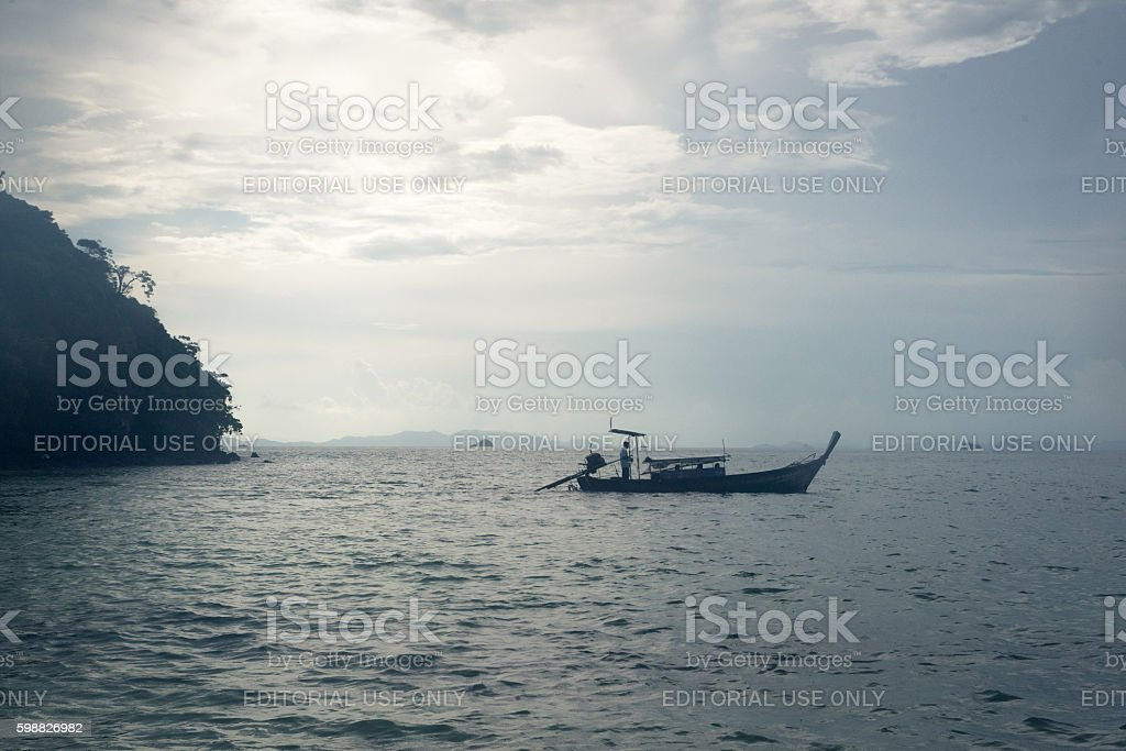 Small long tail boat carrying tourists in Andaman sea photo libre de droits
