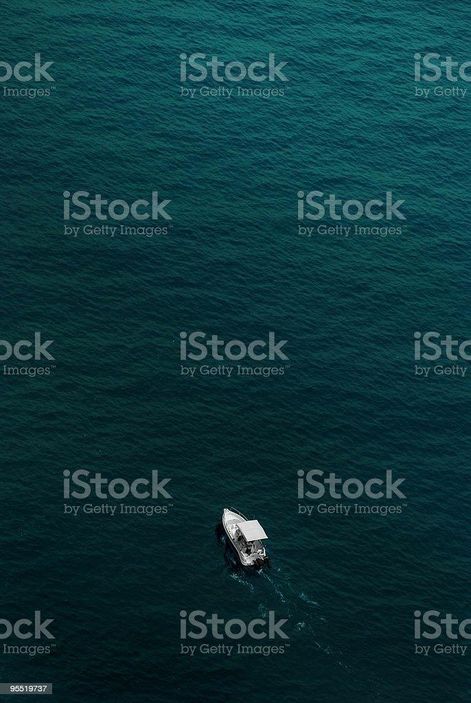 Pequeño barco en el mar - foto de stock