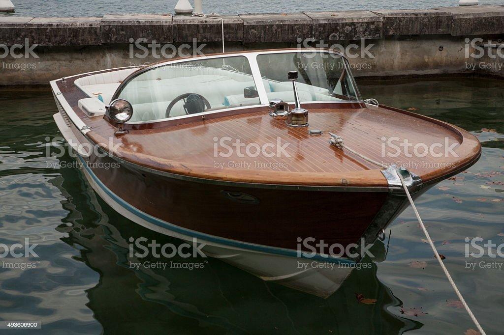 Piccola barca a motore teak caratterizzate da lancio in un porto francese foto stock royalty-free