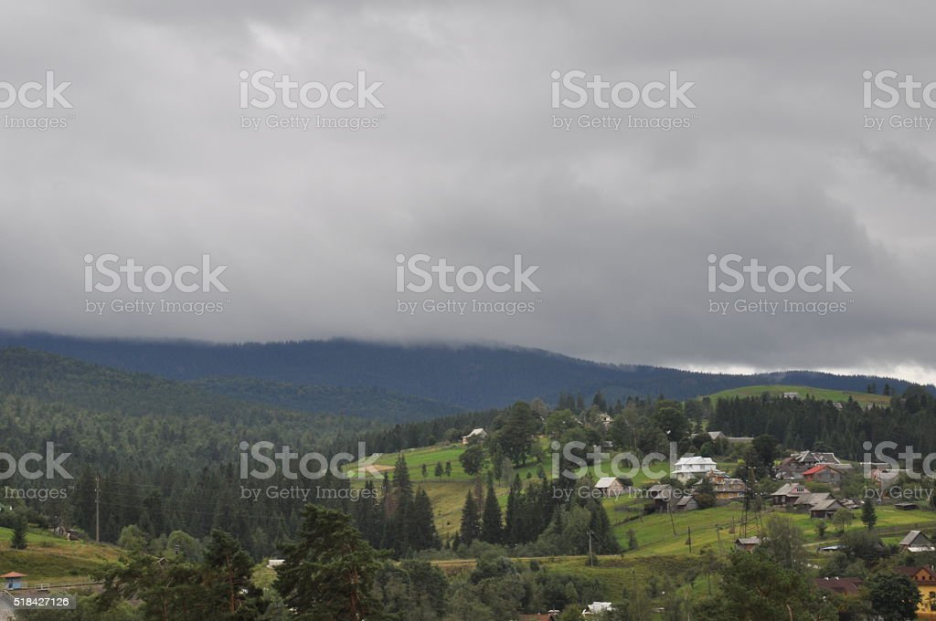 pequeño aldea en la montaña. Casas, outbuildings y campos. foto de stock libre de derechos