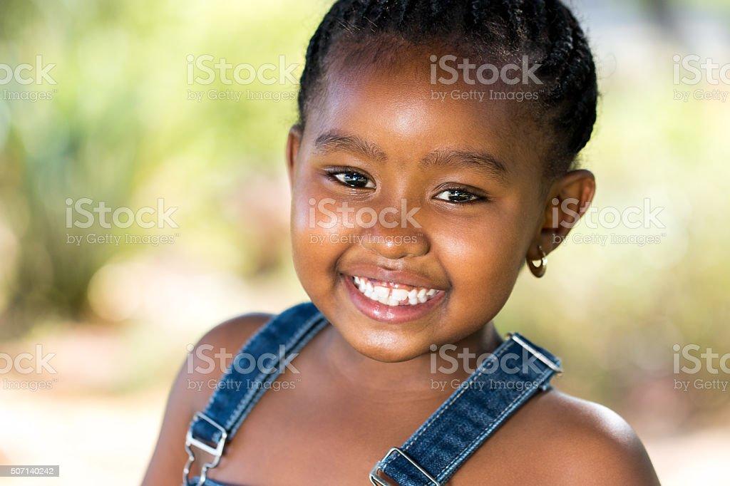 Souriant afro jeune homme en plein air. photo libre de droits