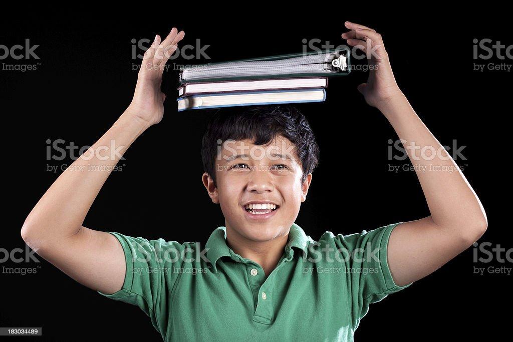 Lächelnde asiatische Teenager-Student mit Buch auf dem Kopf – Foto