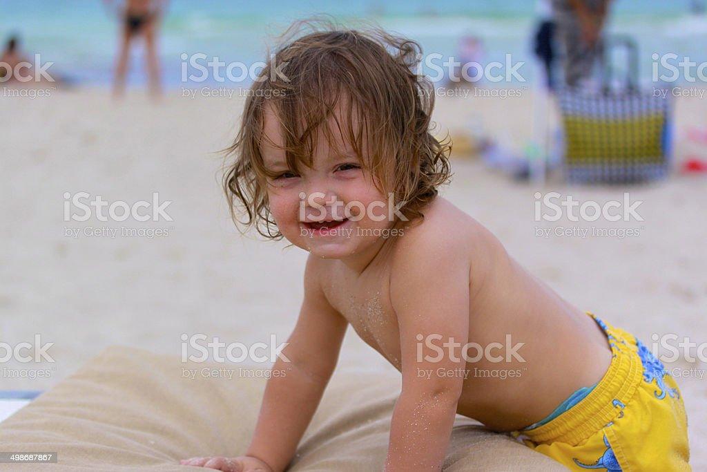 Lächeln Baby boy am Strand. Lizenzfreies stock-foto