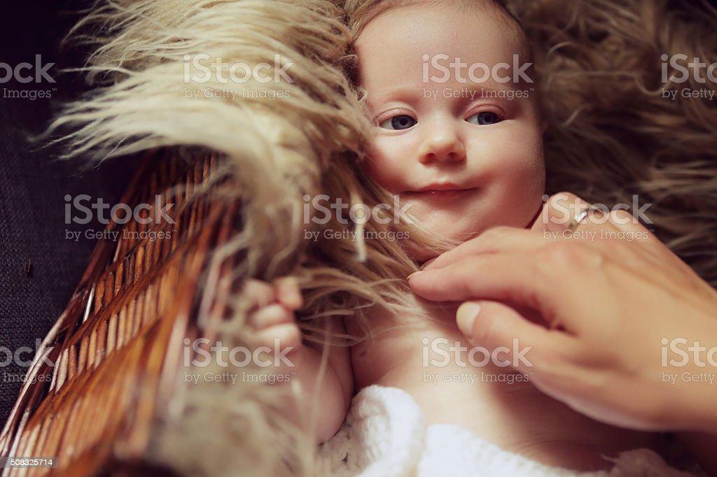 Lächeln baby-Mädchen mit ihrer Mutter Hand Lizenzfreies stock-foto