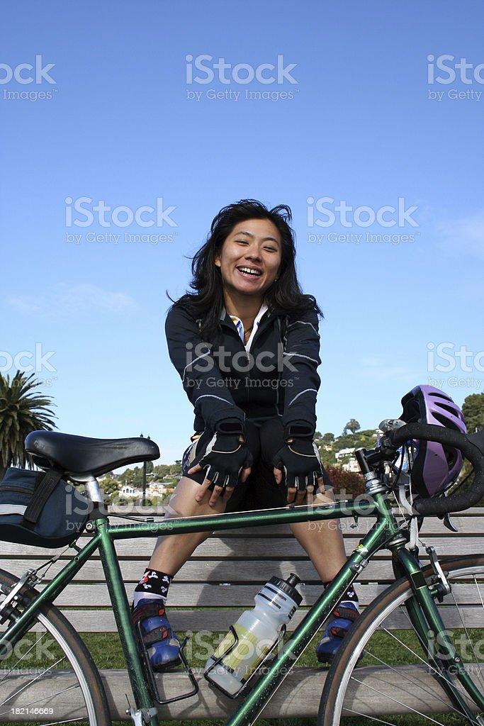 Bikeuse souriant, assis sur un banc de musculation photo libre de droits