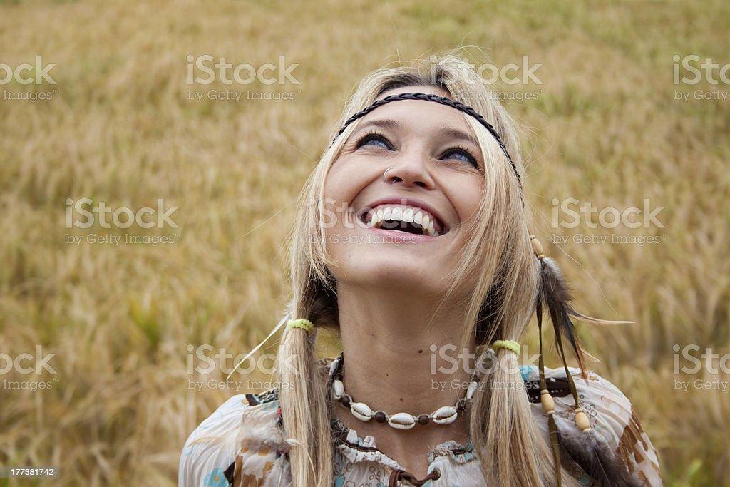 미소 너무해 히피 여자아이 루킹 바라요 royalty-free 스톡 사진