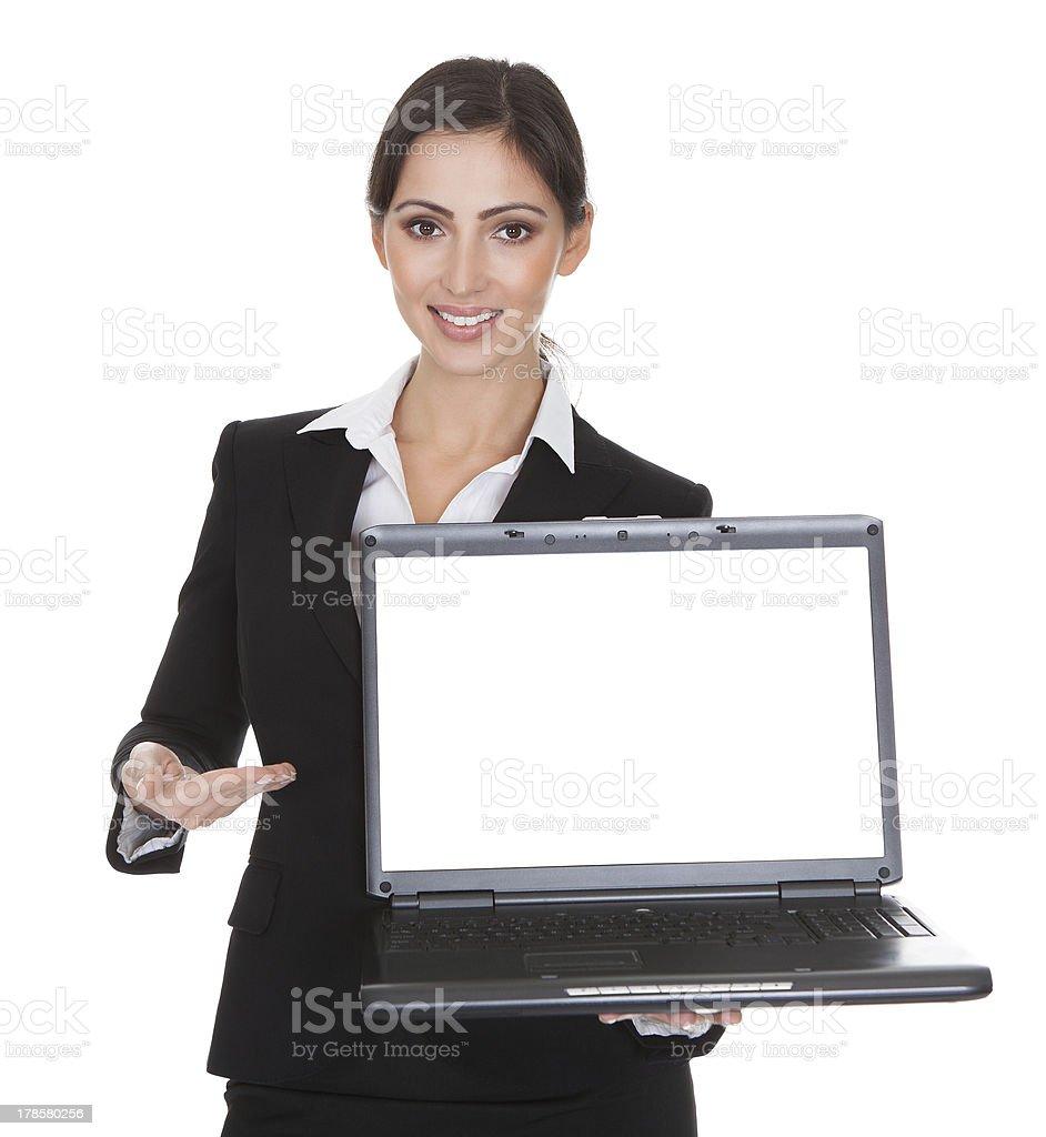 Sonriendo empresaria sosteniendo portátil - foto de stock