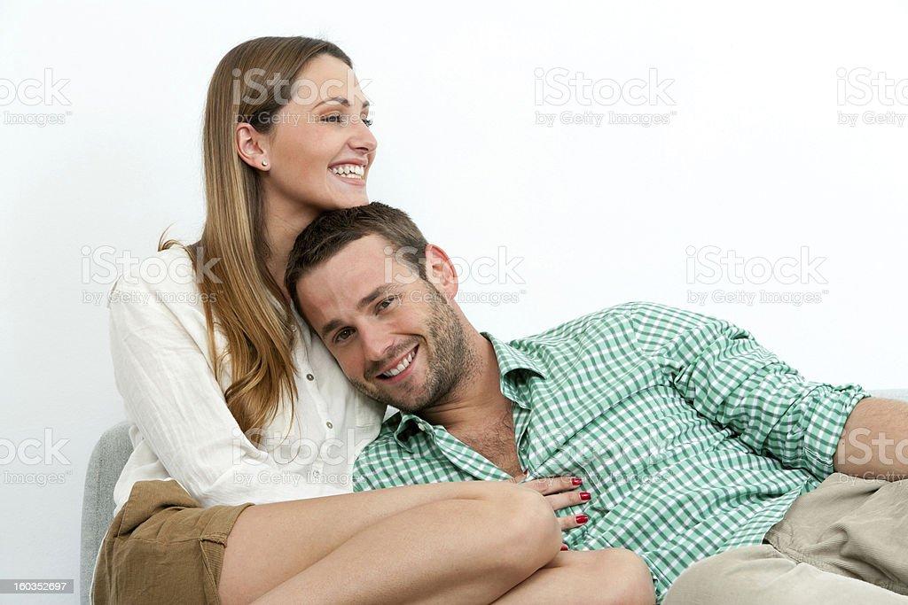 Souriant couple de détente sur le canapé. photo libre de droits