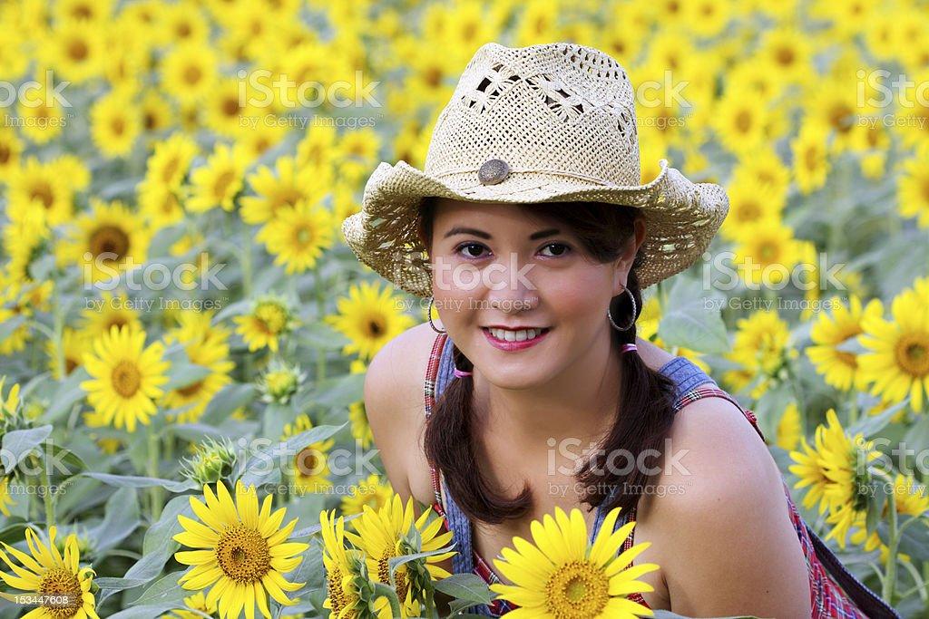 Lächelnd Mädchen in Sonnenblume-Feld Lizenzfreies stock-foto