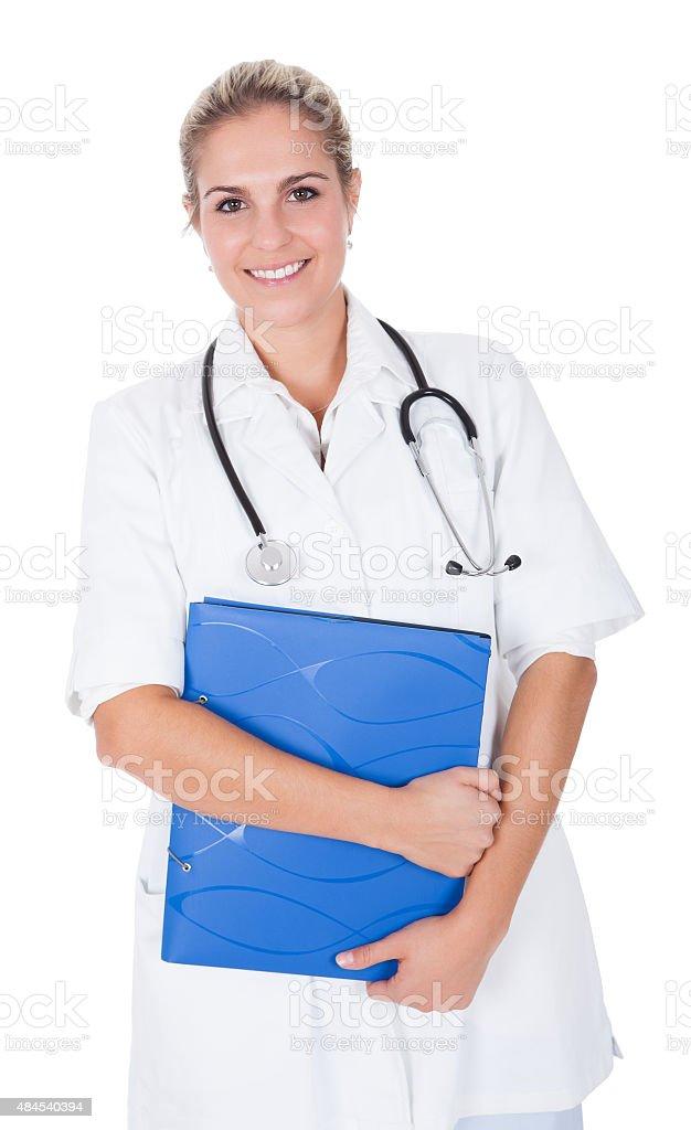 Mujer sonriente con estetoscopio médico - foto de stock