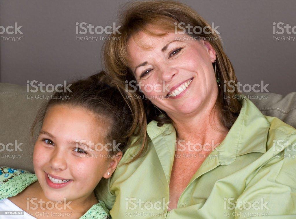 Sorridente giovane Madre e figlia Ritratto foto stock royalty-free
