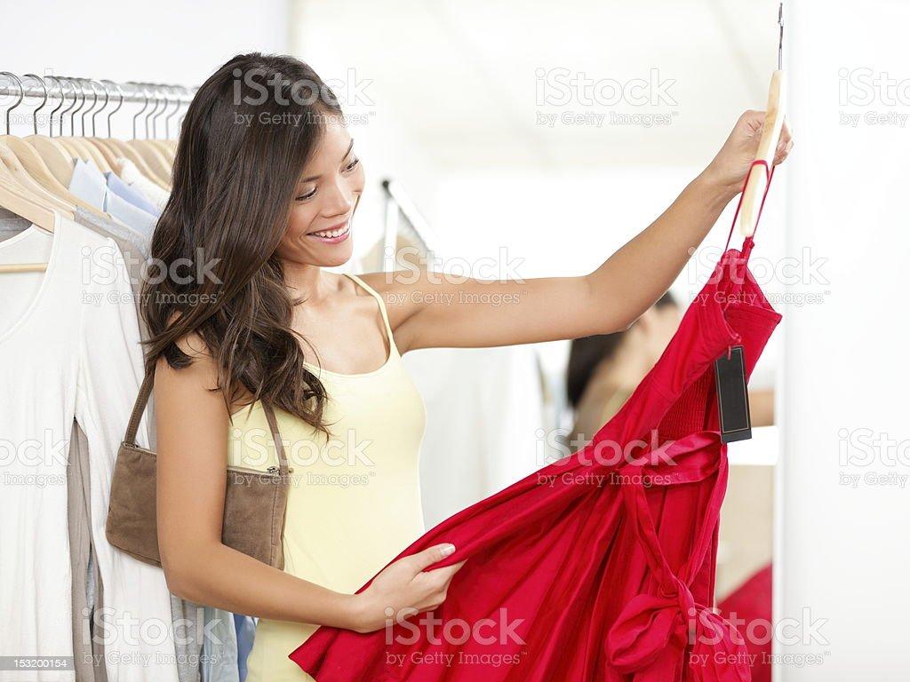фото девушка примеряет брюки на рынке