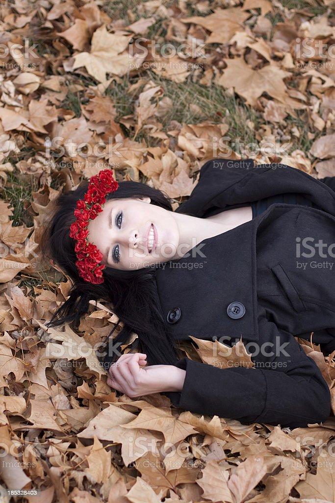 Lächelnde Frau Entspannung im Herbst Blätter – Foto