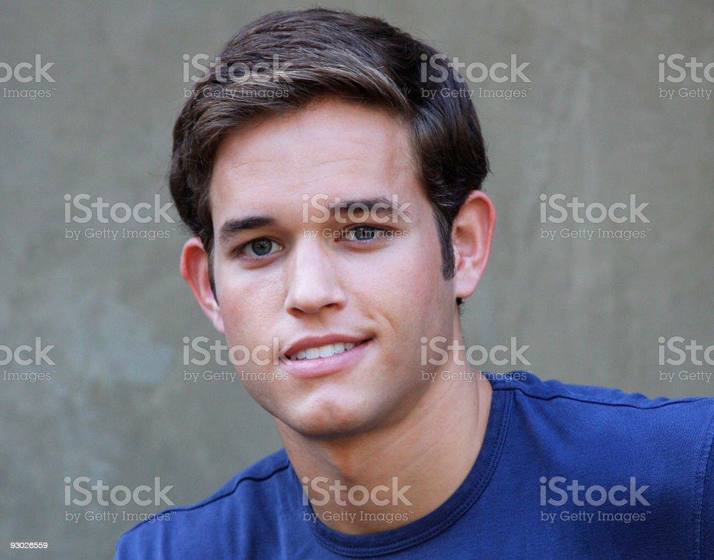 Souriant jeune homme adulte photo libre de droits