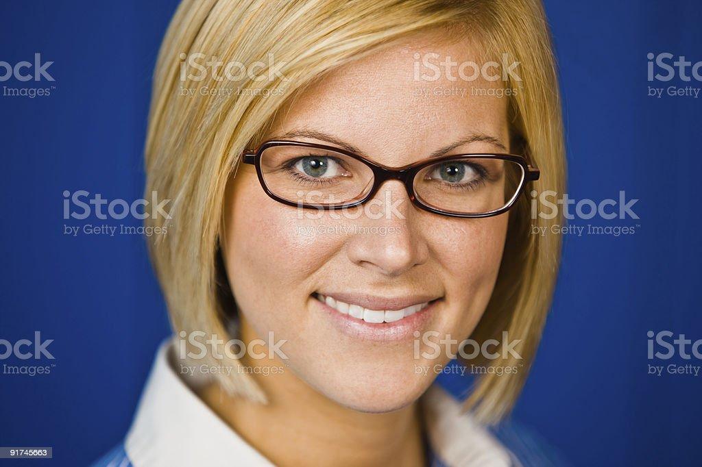 Lächelnde Junge hübsche Frau Lizenzfreies stock-foto